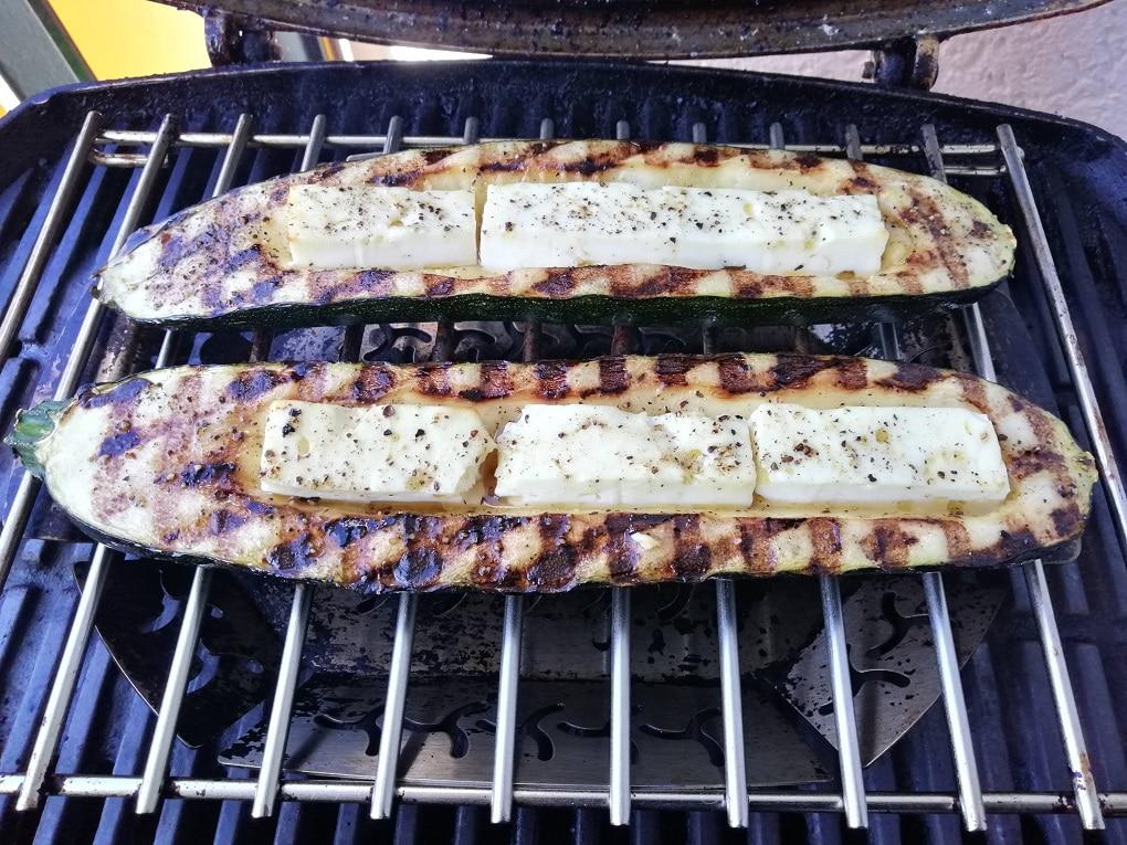Gegrillte Zucchini mit Schafskäse gefüllt